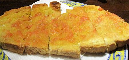 Desayuno... tostada, aceite (olio), tomate (e una bella sfregata di ajo, nel senso di aglio...)