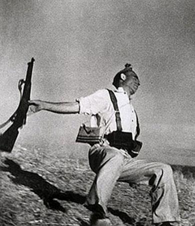 La celeberrima foto del miliziano, di Bob Capa