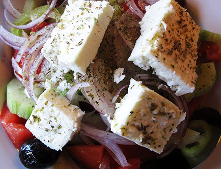 La solita, immancabile (per fortuna, non nelle specialità di Salonicco) onnipresente Koriatiki, insalata mista + Feta ...