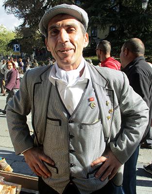 Madrid Fiesta de La Almudena, chulapo venditore di barquillos