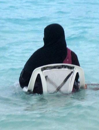 'Niqabini' (Niquab + Bikini, che però non si vede) su spiaggia egiziana...