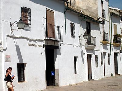 Non è un Pueblo Blanco,ma non mancano case bianche a Corfoba...