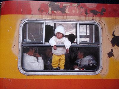 Piccolo passeggero su un treno (non... turistico) delle Ande ....