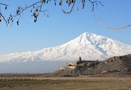Armenia, monastero di Khor Virat, sul fondo il monte Ararat.