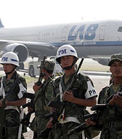 La polizia a difesa dell'aereo del Lloyd Aereo Boliviano (compagnia appena fallita, annullato il volo, passeggeri scaricati poco dopo l'imbraco, scrittore di queste righe compreso...)