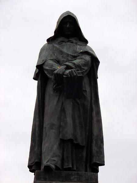 Giordano Bruno... Fece la fine dell'abbacchio al forno - perchè credeva al libero pensiero - e se un prete gli diceva è vero' - lui gli rispondeva 'non è vero un corno'....