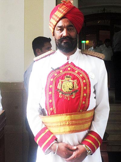 New Delhi, hotel Imperial, sembra Sandokan, anzi, Kabir Bedi...