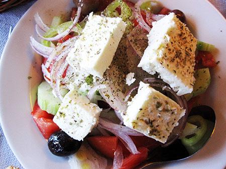 La tipicissima insalata greca, koriatiki (pepararsi a vederla ovunque onnipresente nei ristoranti...I...