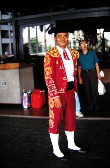 Curiosità (e importanza di Pmplona...)... portiere - torero al Manila Hotel, Filippine....