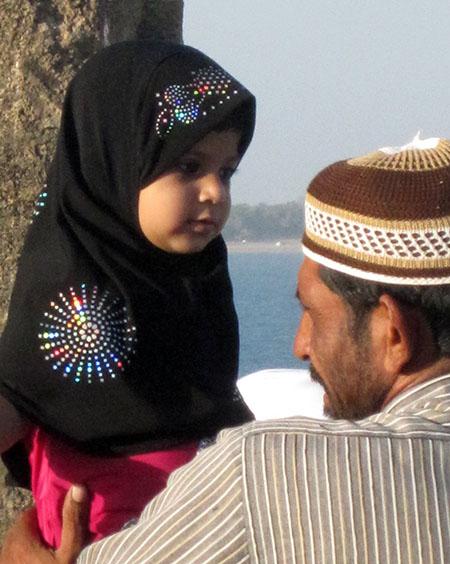 Bimba e padre musulmani