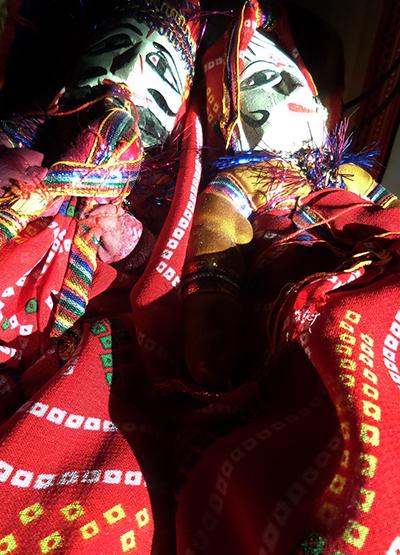 Pupi nel Rajasthan (nella foto di  copertina: eleganza del Sari, anche nei lavori più umili....).