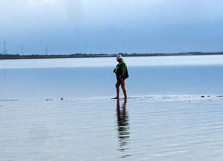 Miracolo? No: soltanto una bagnante che cammina sui sassi....