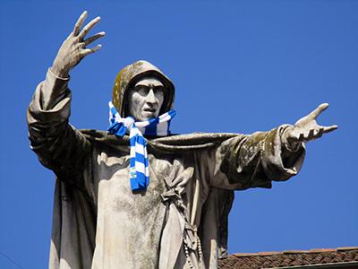 Nella foto (in quella di apertura, Fra Dolcino da Novara) Savonarola (in versione tifoso della Spal). Un tempo (ma forse ancora adesso, almeno secondo qualcuno) il terremoto era un castigo di dio per chi aveva fatto il cattivo ....