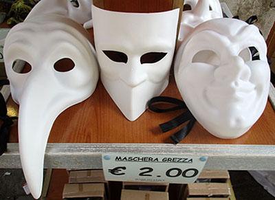 Baùte, un 'must' durante il Carnevale di Venezia.... principale acquisto - ricordo di Venezia per il turista asiatico ....