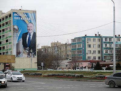 Centro di Aktau, con benevola effigie del Padre della Patria kazaka