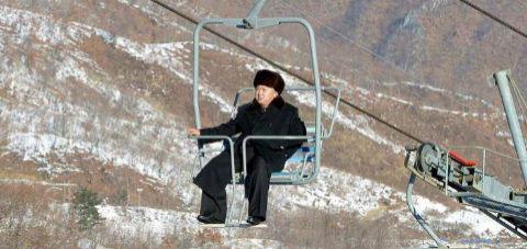 Il Caro Lìder, Kim Yong-un sulla seggiovia (dopo averla collaudata)