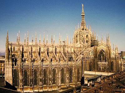 """Il Duomo (nella foto di copertina l'arco """"spagnolo"""" in piazza Medaglie d'oro)."""