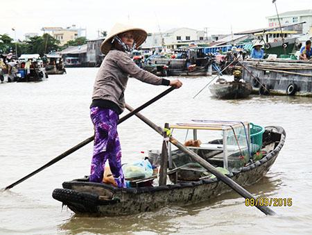 Chi non va in bici si trasferisce in barca, sul Mekong....